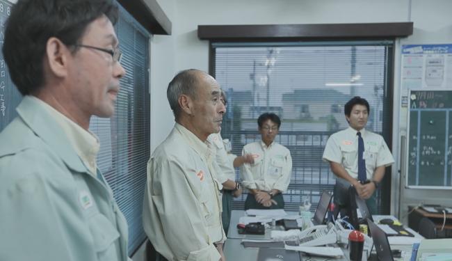 M&A後、新しく入間営業所として再出発した従業員の方々と吉原祐司様の息子様(写真右)