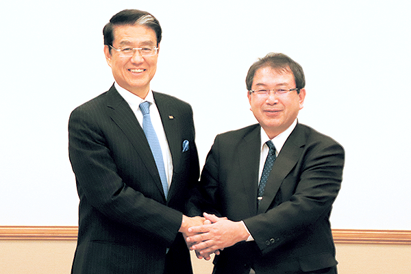 成約式での様子 左:株式会社シアーズホーム 代表取締役 社長 丸本様