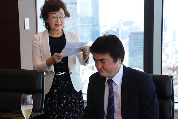 「サラリーマンの奥さんには味わえない、味のある素晴らしい33年間でした」との奥様の言葉に涙を浮かべる石井社長